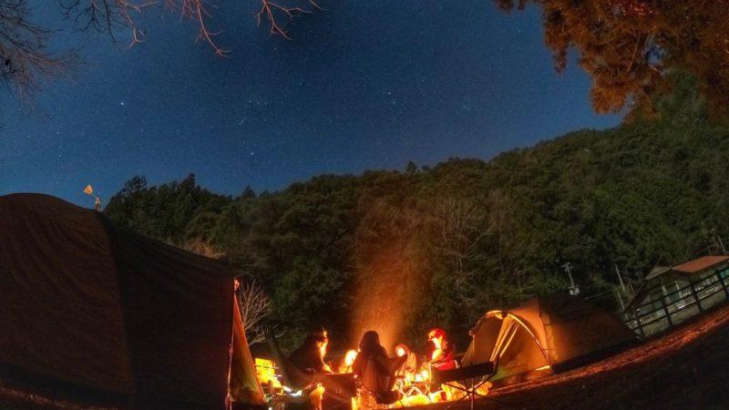 星空の下でキャンプ